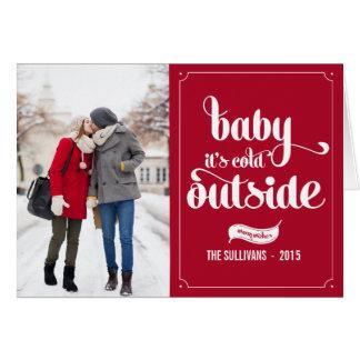 赤いベビーそれは冷たい外のタイポグラフィの休日カードです グリーティングカード