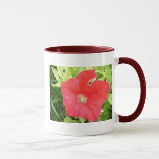 赤いペチュニアの花のマグ マグカップ