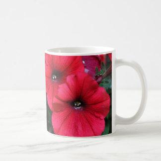赤いペチュニアの花 コーヒーマグカップ