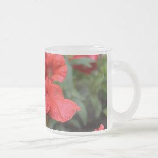 赤いペチュニア フロストグラスマグカップ