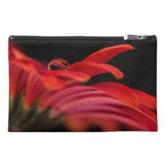 赤いマクロガーベラの花 トラベルアクセサリーバッグ