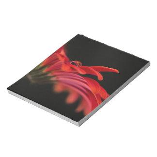 赤いマクロガーベラの花 ノートパッド