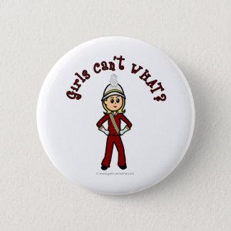 赤いマーチングバンドのユニフォームの軽い女の子 缶バッジ