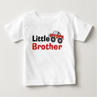 赤いモンスタートラックの弟 ベビーTシャツ