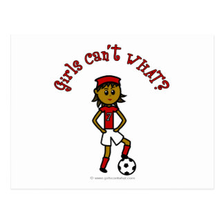 赤いユニフォームの暗いレディースサッカー ポストカード