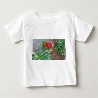 赤いユリ ベビーTシャツ