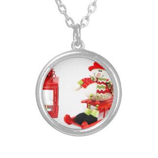 赤いランタンが付いているそりの雪だるま シルバープレートネックレス