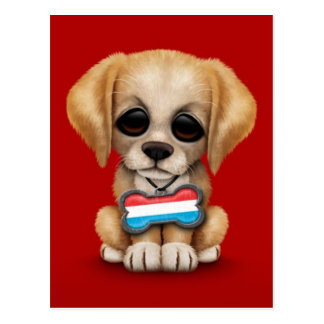 赤いルクセンブルクの旗のドッグタッグを持つかわいい子犬 ポストカード