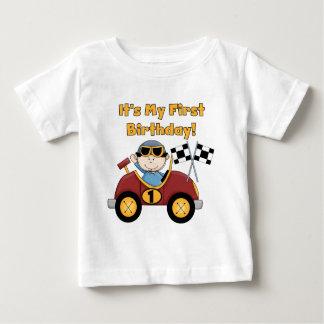 赤いレースカーの第1誕生日のTシャツおよびギフト ベビーTシャツ