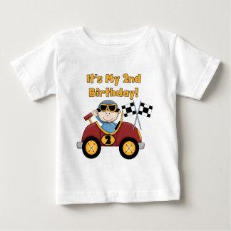 赤いレースカーの第2誕生日のTシャツおよびギフト ベビーTシャツ