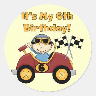 赤いレースカーの第6誕生日のTシャツおよびギフト ラウンドシール