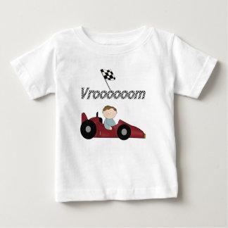 赤いレースカーのVroom Tシャツおよびギフト ベビーTシャツ