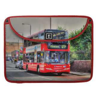 赤いロンドンの二階建てバス-イギリス、イギリス MacBook PROスリーブ