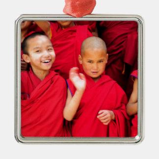 赤いローブの小さい修道士 メタルオーナメント