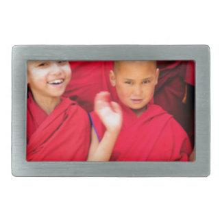 赤いローブの小さい修道士 長方形ベルトバックル