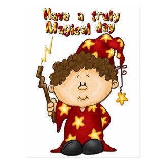 赤いローブの魔法の魔法使いの小さい男の子 ポストカード