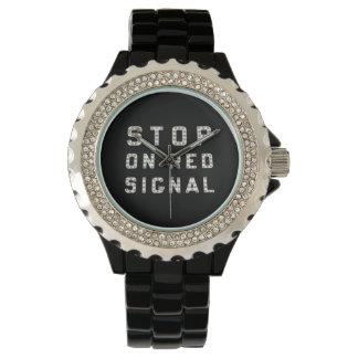 赤い信号の腕時計の鉄道停止 腕時計