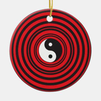 赤い円パターンとの陰陽のTaijituの記号 セラミックオーナメント