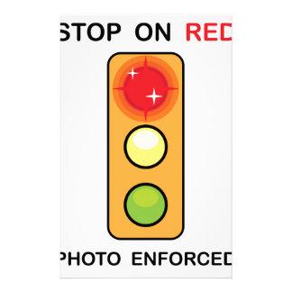 赤い写真によって実施される印の停止 便箋