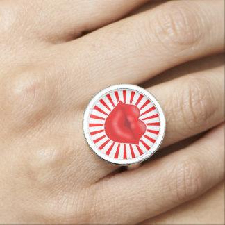 赤い唇太陽のな光線の大きいキス 指輪