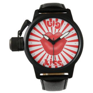 赤い唇広く太陽のな光線の大きいキス 腕時計
