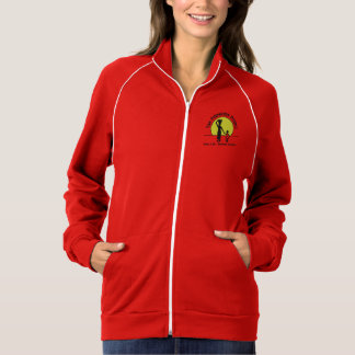 赤い女性はフリースのファスナーを締めます ジャケット