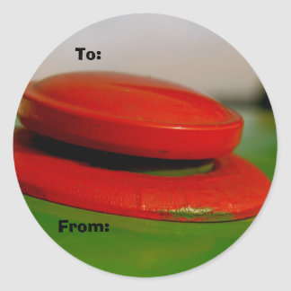 赤い帽子のクリスマスのギフトのラベルが付いている緑のトラクター ラウンドシール