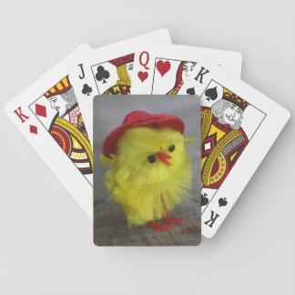 赤い帽子のトランプのギフトのアイディアのイースター鶏 トランプ