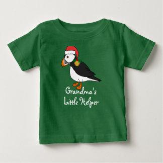赤い帽子及び金ゴールドのジングルベルを持つクリスマスのツノメドリ ベビーTシャツ