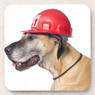 赤い建築のヘルメットを身に着けているグレートデーン コースター
