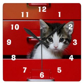 赤い引出しの子ネコ スクエア壁時計