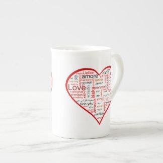 赤い愛ハートのタイポグラフィ ティーカップ