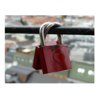 赤い愛ハートの南京錠 ポストカード