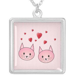 赤い愛中心を持つかわいいピンク猫、 シルバープレートネックレス
