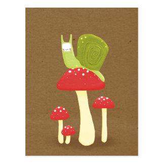 赤い斑入りのきのこの緑のかたつむり ポストカード