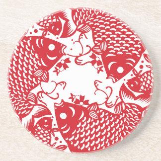 赤い旋回のコイのコイの魚のグループ コースター