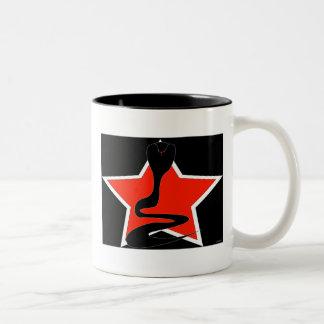 赤い星のマグを持つコブラ ツートーンマグカップ
