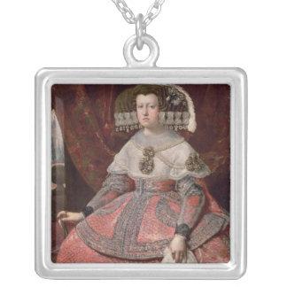 赤い服のスペインのマリアアナ女王 シルバープレートネックレス