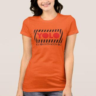 赤い注意を用いるYOLO Tシャツ