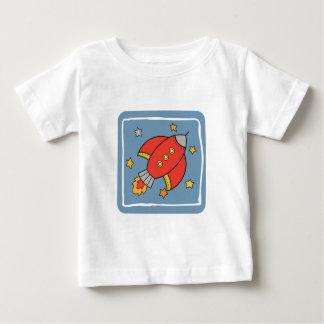 赤い漫画ロケットの星が付いている宇宙船 ベビーTシャツ