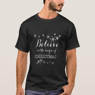 赤い白はクリスマスのタイポグラフィの魔法で信じます Tシャツ
