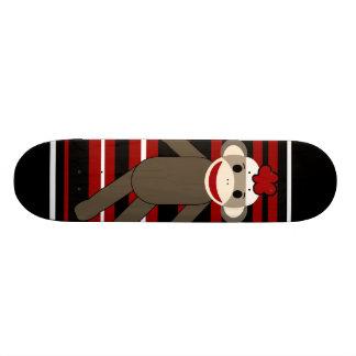 赤い白黒のストライプのなソックス猿の女の子のモデル スケートボード