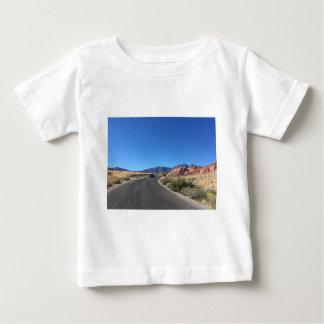 赤い石の国立公園を通した日旅行 ベビーTシャツ