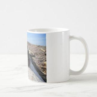 赤い石の黙想の彫刻 コーヒーマグカップ