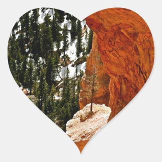 赤い砂岩の石の弾力性のある松の木 ハートシール