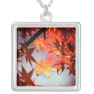 赤い秋の紅葉のカエデの木 シルバープレートネックレス
