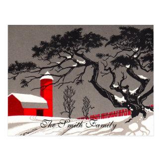 赤い納屋およびサイロの雪で覆われた黒い木 ポストカード