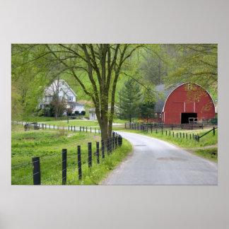 赤い納屋および農場はベルリン、オハイオ州の近くで収容します ポスター