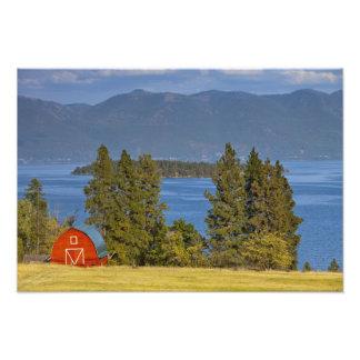 赤い納屋は景色の平頭湖に沿って近く坐ります フォトプリント