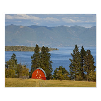 赤い納屋は景色の平頭湖に沿って近く坐ります ポスター